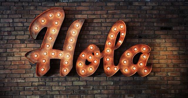 palabra hola en una pared